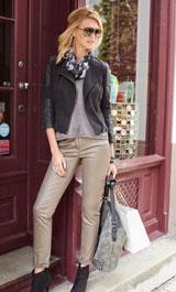 Model mit metallisch glänzender Hose