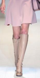 Die Beine eines Models auf dem Laufsteg.