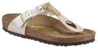 Mit Zehensteg und in glänzender Metallic-Optik begeistert die Sandale von Birkenstock.