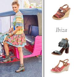 Bunte Sandaletten mit Absätzen passen zum Ibiza Trend.