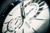 Die Tageszeit lässt sich an der Uhr ablesen.