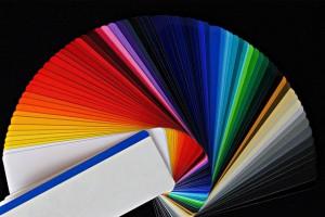 Das Farbspektrum reicht von schwarz bis weiß über alle Regenbogenfarben.