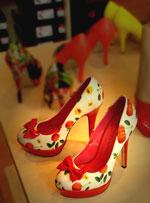 Schuhe mit außergewöhnlichem Muster fallen auf.