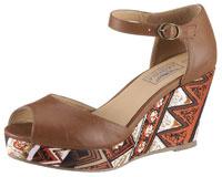 Die Sandale mit Keilabsatz fällt durch ihren Ethno-Look auf.