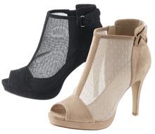 Durch den Einsatz feiner Spitze wirkt die Sandalette feminin.