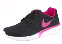 Sneaker bestehen oft aus Textilmaterialien, die von Hand gereinigt werden müssen.