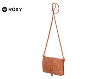 Die schlichte Umhängetasche von Roxy ist in einem warmen Braunton gehalten.