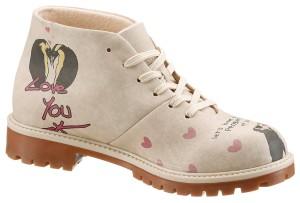 Der Schuh von Dogo erzählt mit seinem Muster auf beigem Grund eine ganz eigene Geschichte.