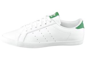 Der weiße Sneaker von Adidas ist durch seine Schlichtheit vielseitig kombinierbar.
