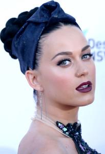 Mit den schwarzen Haaren und der hellen Haut stehen Katy Perry Eistöne in kühlem blau besonders gut.