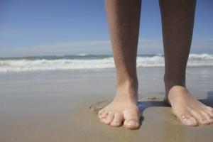 Barfußlaufen kräftigt die Fußmuskulatur.