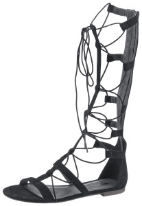 Für Mutige gibt es die Sandalen mit Schnürung bis zum Knie.