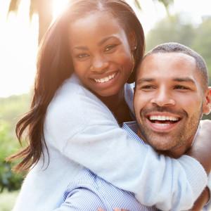 Das gemeinsame Lachen beim Kitzeln kann Menschen sozial verbinden.