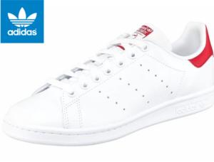 Vor allem weiße Sneaker liegen im Trend.