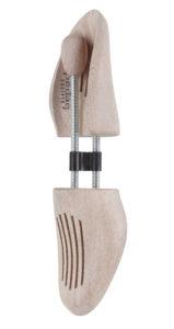 Am besten lagert man Schuhe mit einem Schuhspanner aus Holz ein