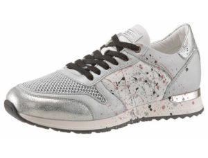 Ob zu Jeans, Leggins oder Shorts: Sneaker passen als sportives Schuhwerk perfekt dazu.