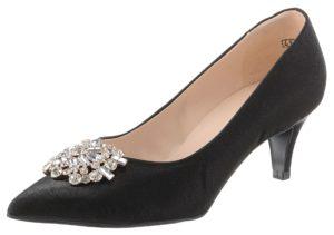 Die typischen Schuhe der Marke sind klassische Pumps in spitzer Form.