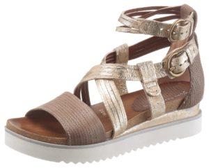 Mit schimmernden Metallic-Effekten begeistert die Sandale von I'm Walking.