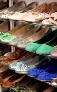 Das Farbspektrum der Schuhe im Regal reicht von nudefarben bis grün und blau.