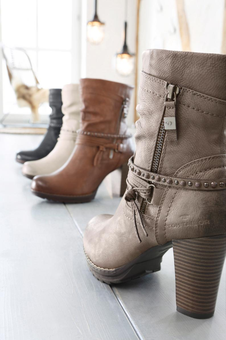 Herbst Trend 2017: Samt Schuhe kombiniert mit Socken