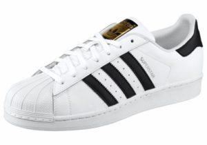 Der Adidas Superstar Sneaker: besonders beliebt in weiß mit den bekannten drei schwarzen Streifen