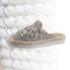 Trendige Pantoletten mit Perlen-Stickerei - gibt es bei imwalking.de!